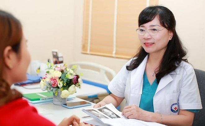 Bác sĩ Nguyễn Thị Nhã, Giám đốc Trung tâm Hỗ trợ sinh sản, Bệnh viện Bưu điện đang tư vấn cho bệnh nhân. Ảnh:Bệnh viện cung cấp