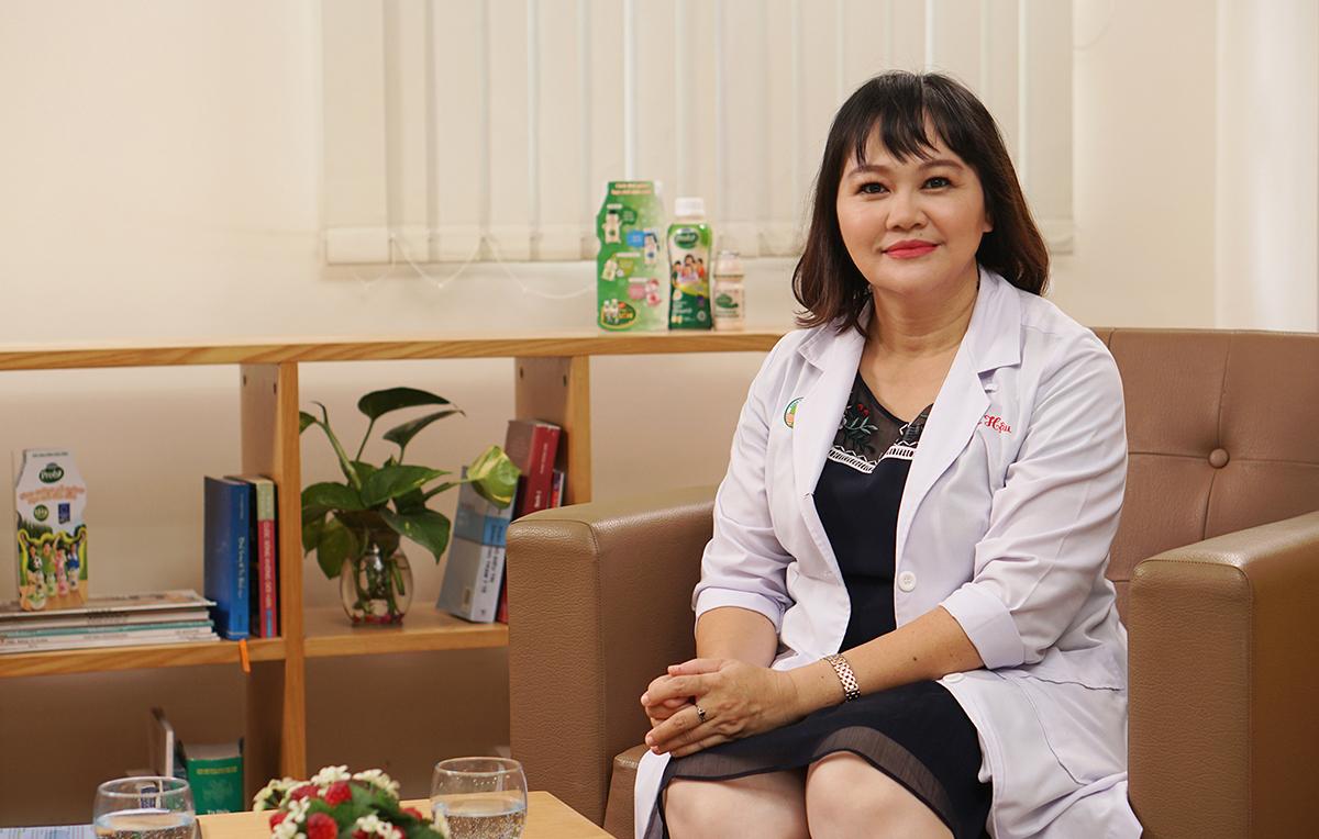 Bác sĩ Thu Hậu, Trưởng khoa Dinh dưỡng, bệnh viện Nhi Đồng 2 (TP HCM) tư vấn nên chú trọng dinh dưỡng, tập thể dục, ngủ đủ giấc... để tăng đề kháng phòng dịch bệnh.
