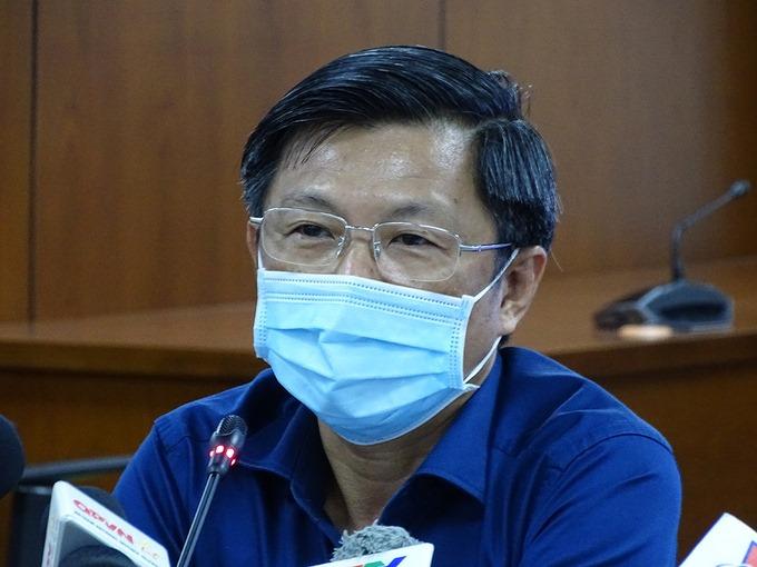 Bác sĩ Nguyễn Trí Dũng, Giám đốc Trung tâm Kiểm soát bệnh tật TP HCM thông tin về bệnh nhân 449, tối 29/7. Ảnh: Hà An.