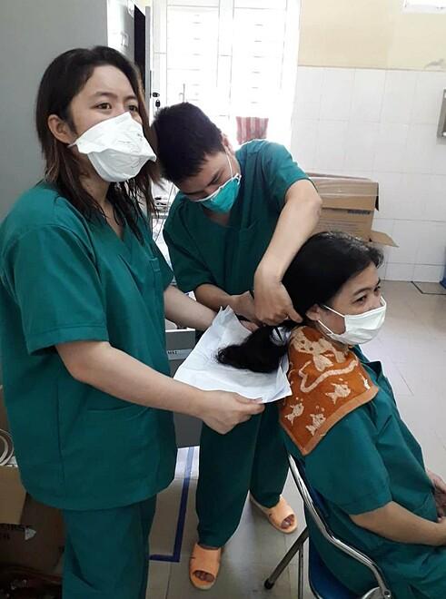 Hình ảnh nữ nhân viên y tế cắt tóc được bác sĩ Trường ghi lại. Ảnh: Bác sĩ cung cấp