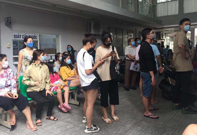 Người dân TP HCM về từ Đà Nẵng chờ lấy mẫu dịch họng, mũi tại Trung tâm Y tế dự phòng quận Bình Thạnh, chiều 28/7. ẢnhThuận Nguyễn