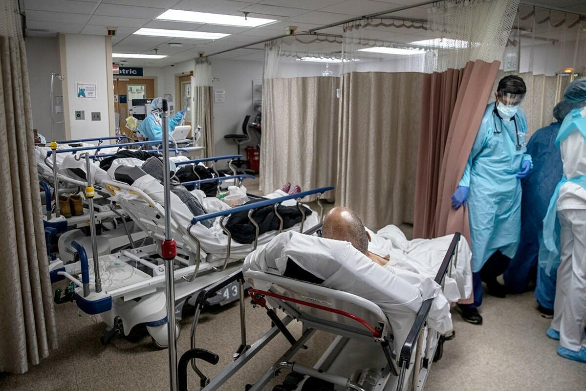 Bệnh nhân Covid-19 được điều trị tại bệnh viện ở Brooklyn hồi tháng 3. Ảnh: NY TImes