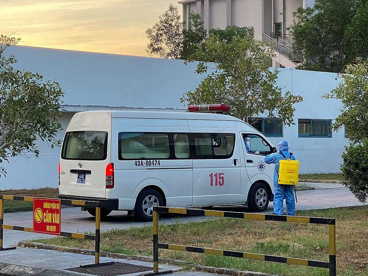 Xe chuyển  bệnh nhân Covid từ Đà Nẵng ra Huế ngày 30/7. Ảnh bệnh viện cung cấp.