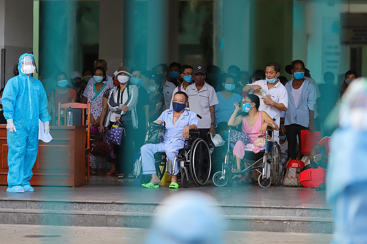 Các bệnh nhân và thân nhân ba bệnh viện Đà Nẵng chờ đi cách ly tập trung, hôm 27/7. Nguyễn Đông.