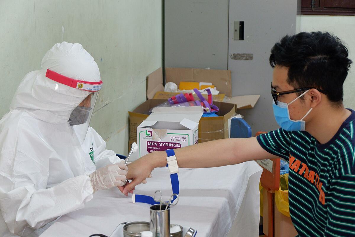 Người dân Hà Nội tới xét nghiệm nhanh tại điểm trường THCS Thành Công sáng 31/7. Ảnh:Nhật Minh.