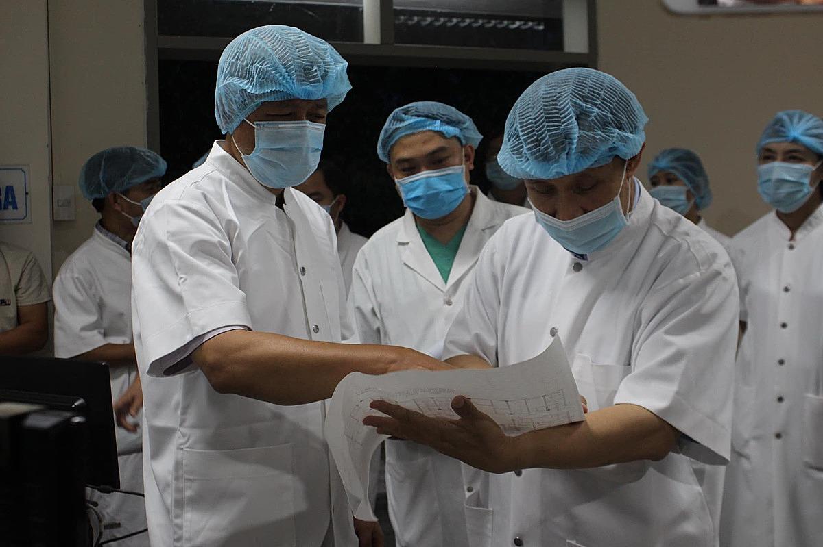 Thứ trưởng Nguyễn Trường Sơn (trái) làm việc với các bác sĩ Bệnh viện Trung ương Huế, chiều 31/7. Ảnh: Bộ Y tế.