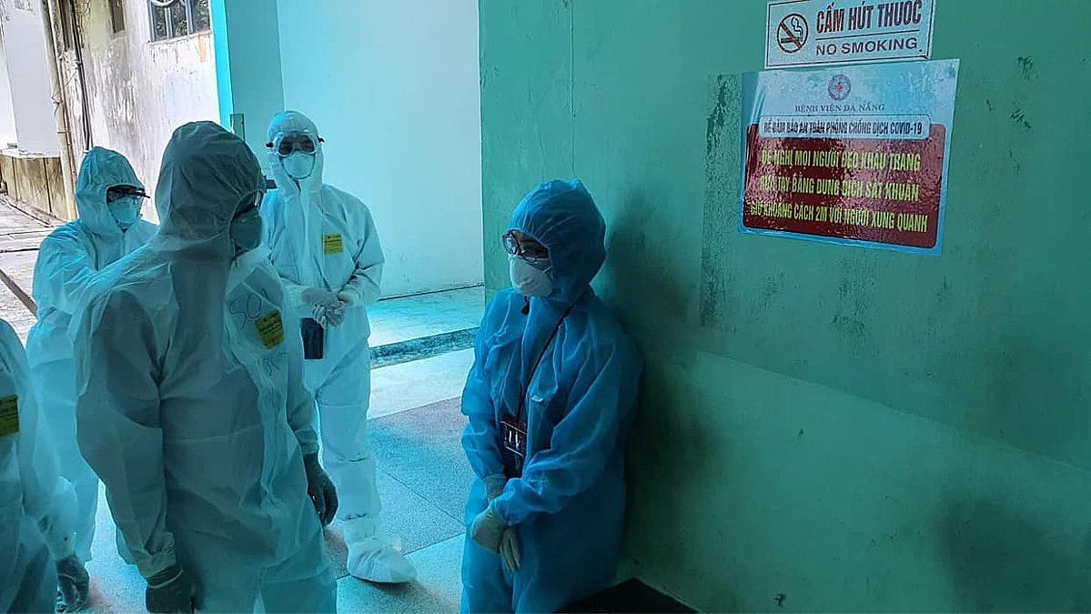 Thứ trưởng Y tế Nguyễn Trường Sơn động viên nhân viên y tế Đà Nẵng. Ảnh: Tuấn Dũng.