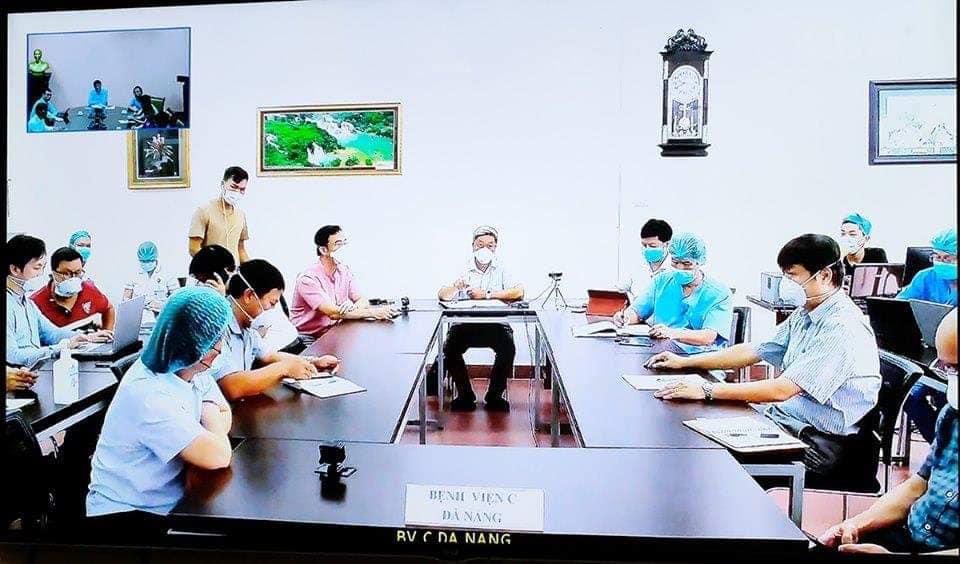 Bộ chỉ huy tiền phương tại Bệnh viện C Đà Nẵng làm việc trực tuyến với đầu cầu Bộ Y tế, chiều 1/8. Ảnh: Trần Minh.