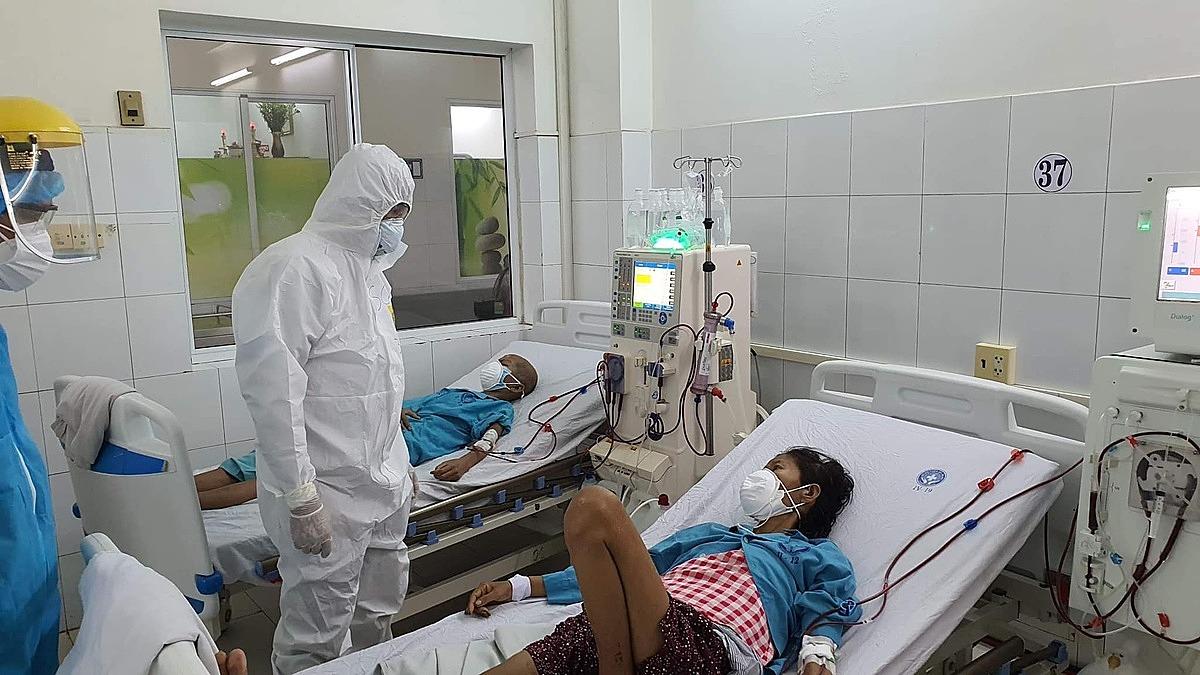 Thứ trưởng Y tế Nguyễn Trường Sơn thăm hỏi, động viện bệnh nhân Covid-19. Ảnh: Tuấn Dũng.