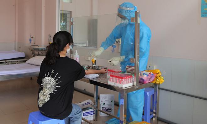 Bác sĩ trang bị bảo hộ lấy máu xét nghiệm cho bệnh nhân nghi ngờ nhiễm Covid-19. Ảnh: Bệnh viện cung cấp