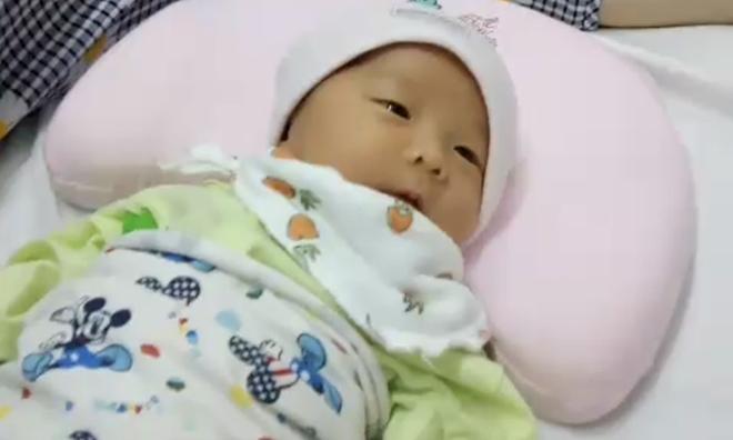 Em bé hiện khỏe mạnh, đang được theo dõi tại bệnh viện Đa khoa Xanh Pôn. Ảnh: Bác sĩ cung cấp