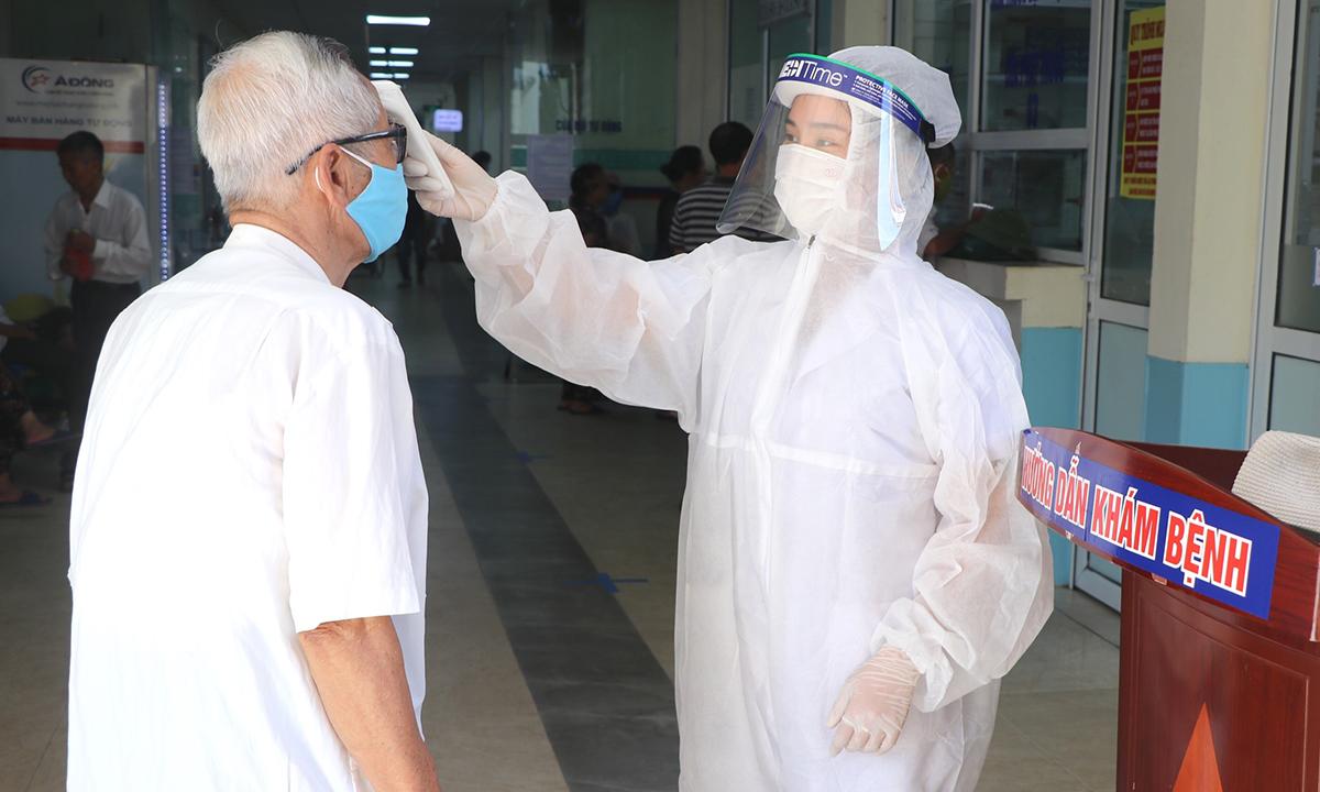 Khu khám sàng lọc bệnh viện Đa khoa Hà Đông ở ngay cửa ra vào, giảm nguy cơ lây nhiễm cho các khoa phòng khác. Ảnh: Thùy An