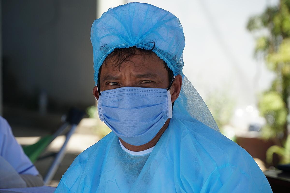 Một nhân viên y tế tại chốt kiểm tra y tế cửa ngõ phía Bắc tỉnh Quảng Ngãi, ngày 30/7. Ảnh: Phạm Linh.