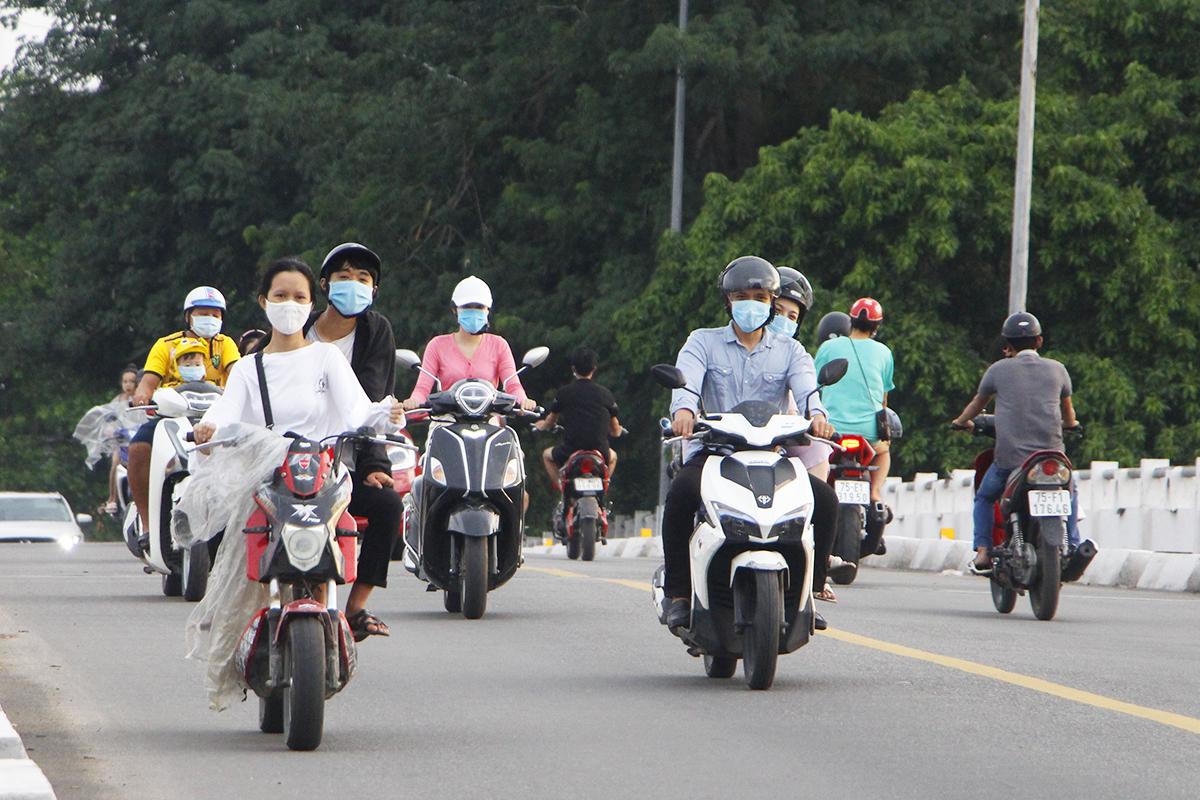 Người dân Thừa Thiên Huế mang khẩu trang khi ra đường. Ảnh: Võ Thạnh