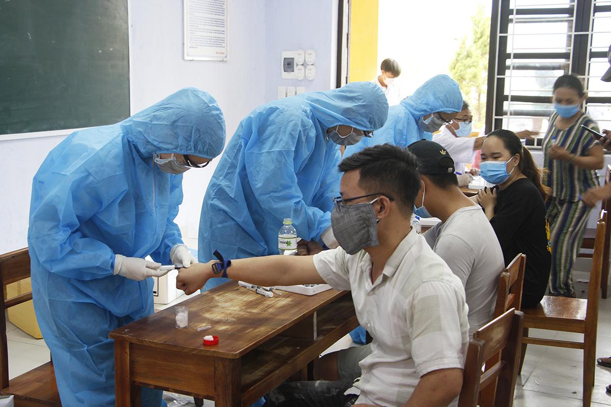 Người dân được nhân viên y tế lấy mẫu xét nghiệm. Ảnh: Võ Thạnh