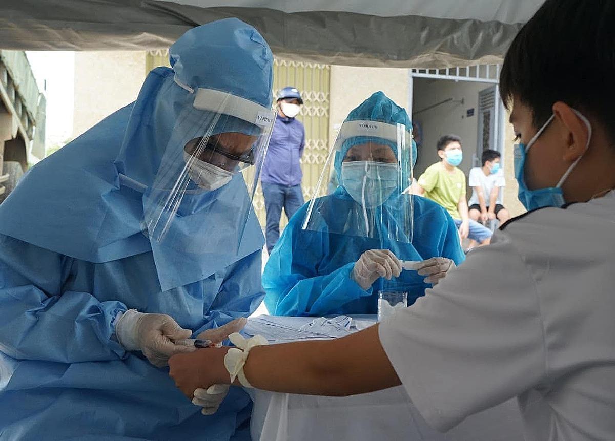 Người dân sống gần nhà bệnh nhân 416 được lấy mẫu xét nghiệm ncov, ngày 1/8. Ảnh: Bộ Y tế.
