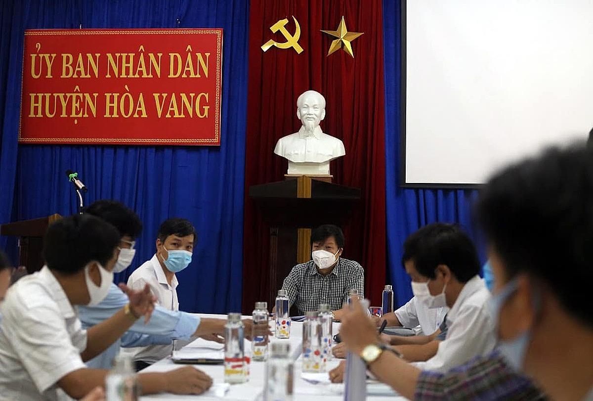 Ông Trần Như Dương, Đội trưởng Đội điều tra giám sát dịch, làm việc với huyện Hoà Vang, Đà Nẵng. Ảnh: Minh Thuỳ.