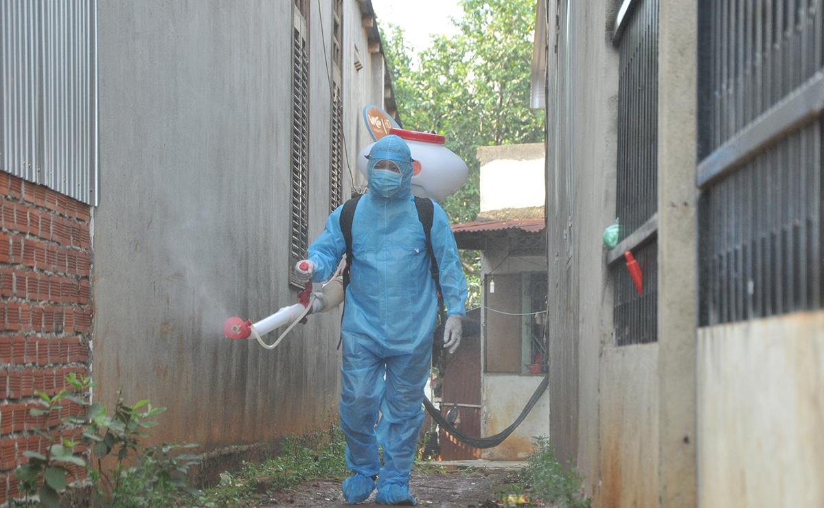 Cán bộ y tế xã Đắk Nhau, huyện Bù Đăng, phun xịt hóa chất khử khuẩn khu dân cư phòng bệnh bạch hầu, ngày 25/7. Ảnh: Văn Trăm.