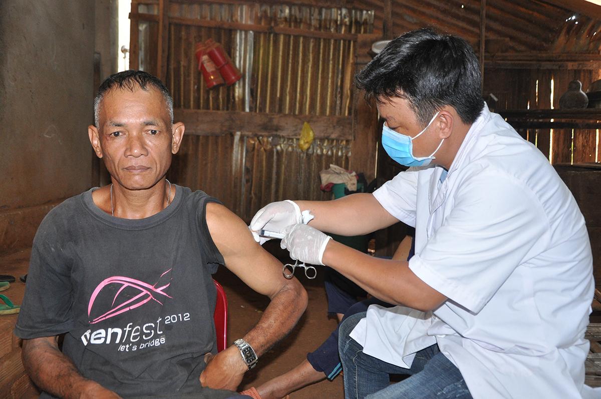 Cán bộ y tế xã Đắk Nhau, huyện Bù Đăng tiêm ngừa bệnh bạch hầu cho người dân trong xã, ngày 25/7. Ảnh: Văn Trăm.