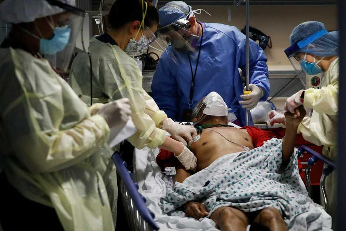 Nhân viên y tế điều trị cho người mắc Covid-19 tại bệnh viện thành phố Yonkers, New York, ngày 20/4. Ảnh: AP