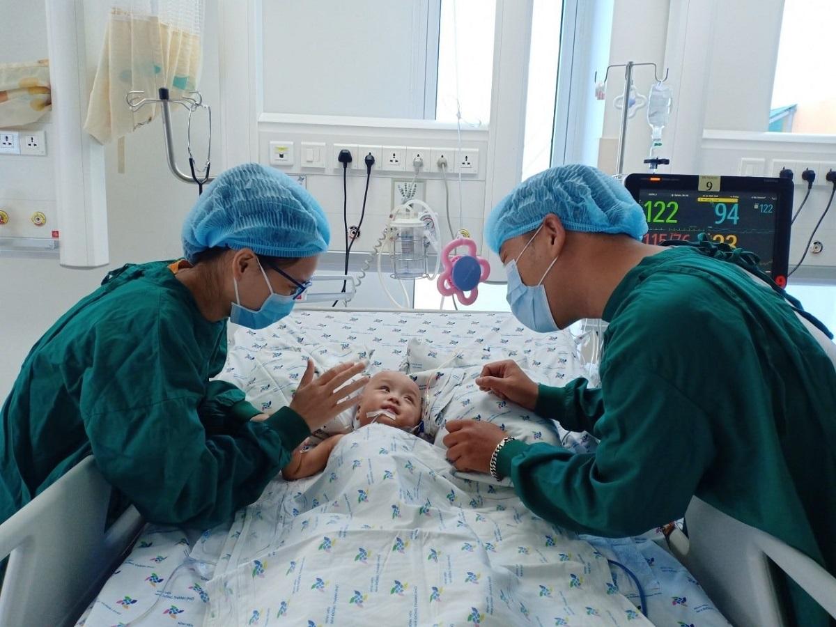 Anh Hoàng Anh và chị Hồng Thúy cười khi vào thăm và chơi cùng con. Ảnh Nguyễn Lan Anh