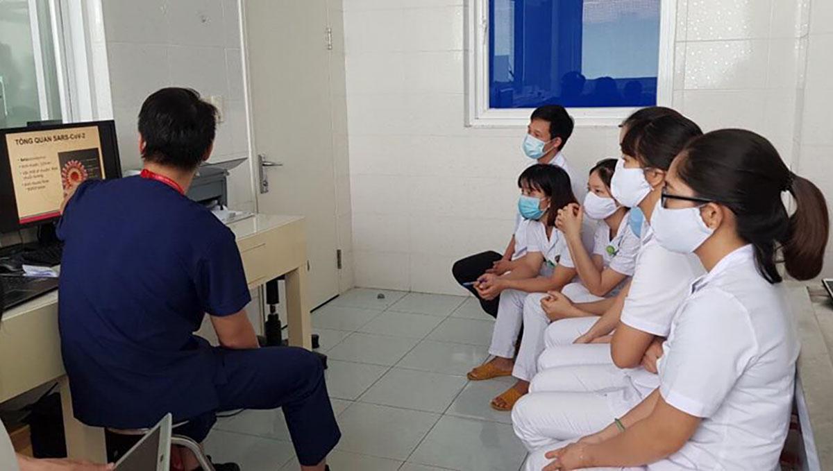 Các chuyên gia Trường Đại học Y Hà Nội tập huấn về quy trình lấy mẫu xét nghiệm nCoV cho nhân viên y tế  Bệnh viện Đa khoa Trung ương Quảng Nam. Ảnh: Bệnh viện cung cấp.