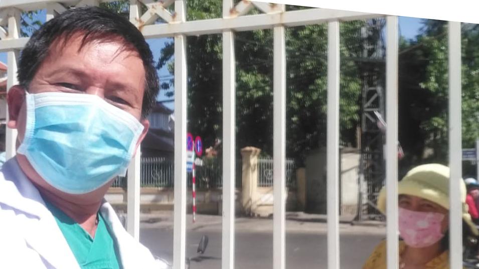 Cuộc gặp ngắn ngủi của bác sĩ Thế và vợ ở cổng bệnh viện trước giờ cách ly. Ảnh: Bác sĩ cung cấp.