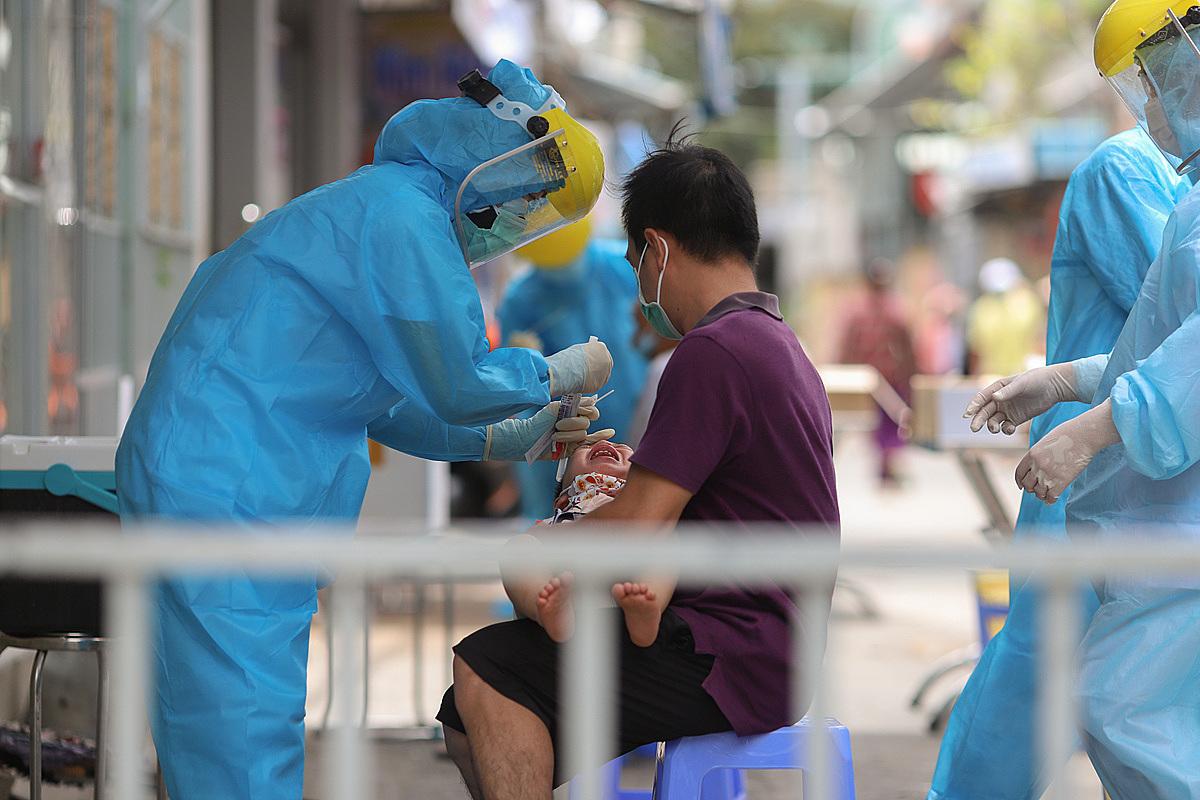 Lấy mẫu xét nghiệm tại khu dân cư có 3 ca mắc nCoV, lây nhiễm trong cộng đồng, tại Đà Nẵng. Ảnh: Nguyễn Đông.
