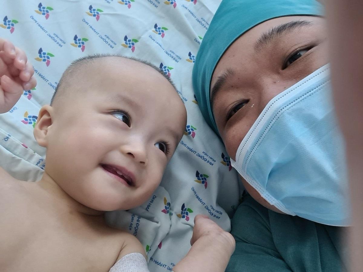 Diệu Nhi rất tự tin, vui vẻ chơi đùa với bác sĩ Phi sau khi cắt bột. Ảnh Bệnh viện cung cấp
