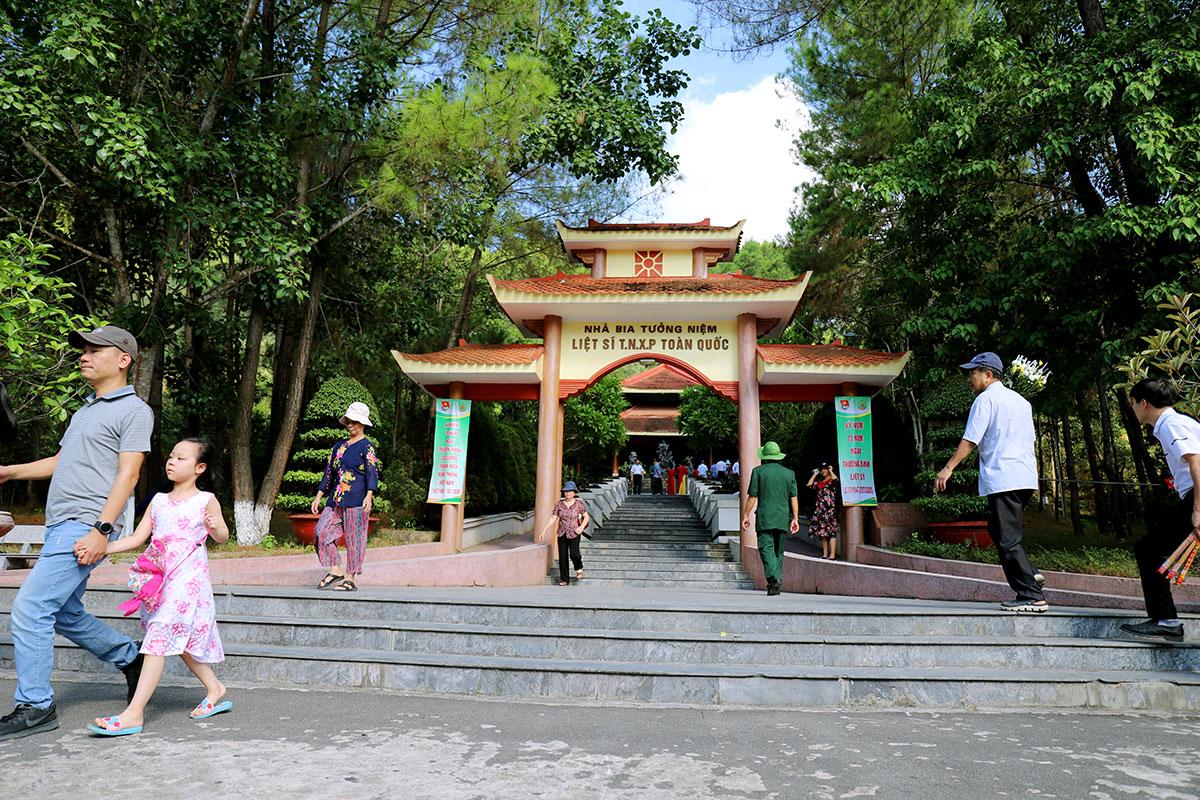 Nhà bia tưởng niệm liệt sĩ thanh niên xung phong ở ngã ba Đồng Lộc, nơi bệnh nhân 736 từng đến dâng hương. Ảnh:Đức Hùng