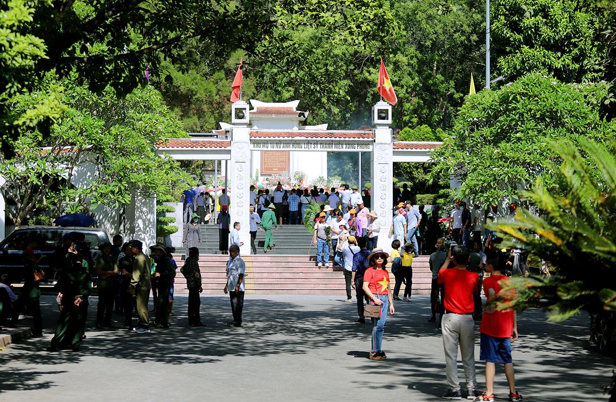Khu mộ 10 nữ liệt sĩ thanh niên xung phong ở ngã ba Đồng Lộc, nơi bệnh nhân 736 từng đến dâng hương. Ảnh: Đức Hùng