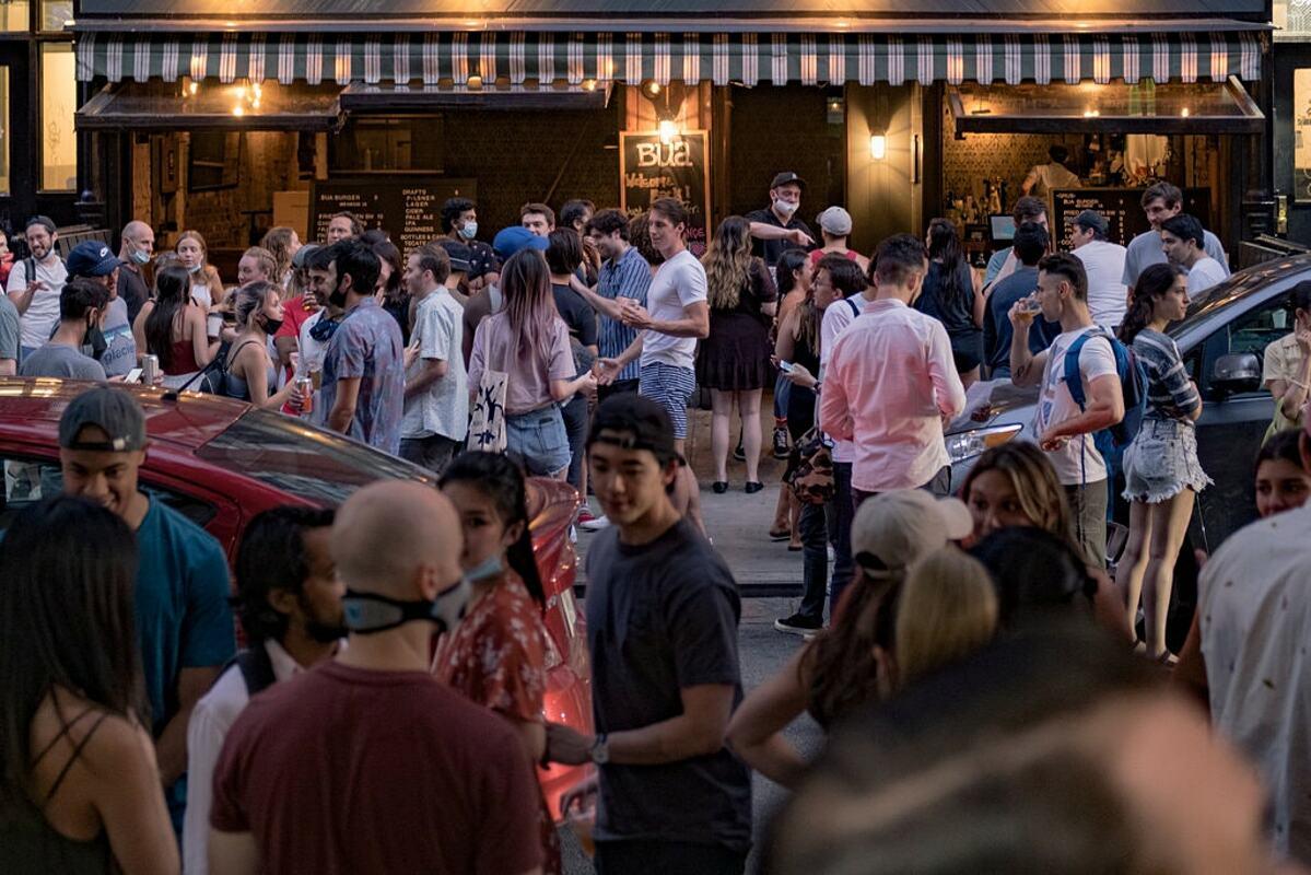 Người dân tại một quán bar thành phố New York, tháng 7/2020. Ảnh: Reuters