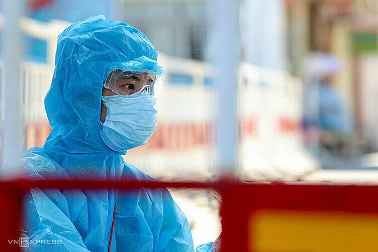 Nhân viên y tế trong vùng cách ly Bệnh viện Đà Nẵng ngày 29/7. Ảnh:Nguyễn Đông.