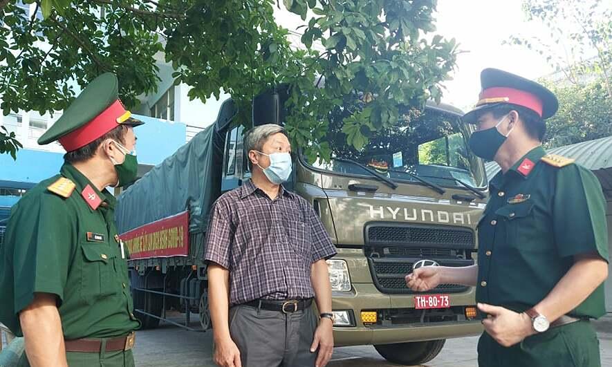 Thứ trưởng Nguyễn Trường Sơn cảm ơn lực lượng quân đội đã hỗ trợ vận chuyển vật tư y tế đến kho tiền phương. Ảnh: Tuấn Dũng.