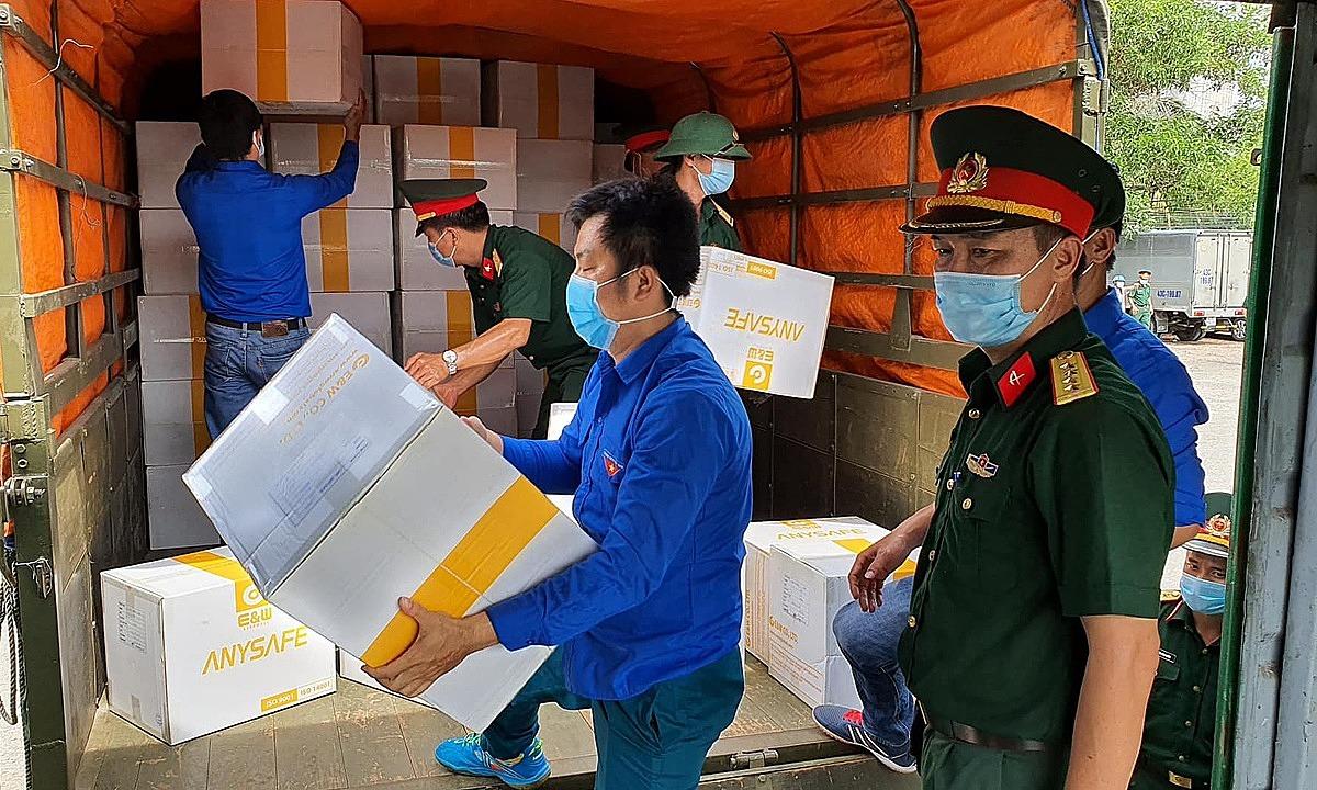 Vật tư y tế được chuyển đến Đà Nẵng, ngày 12/8. Ảnh: Tuấn Dũng.