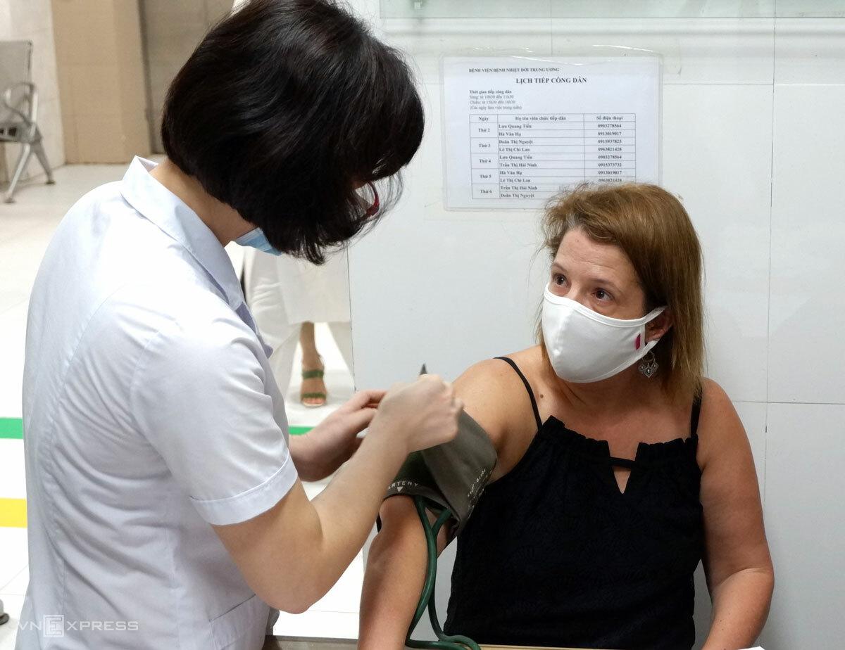 Bà Kelly Michelle Koch được đo huyết áp sáng 12/8. Ảnh: Minh Nhật.