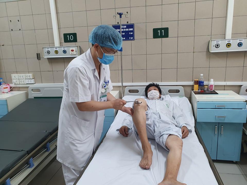 Bác sĩ Trung tâm chống độc khám cho một bệnh nhân ngộ độc thiếc. Ảnh: Mai Thanh.