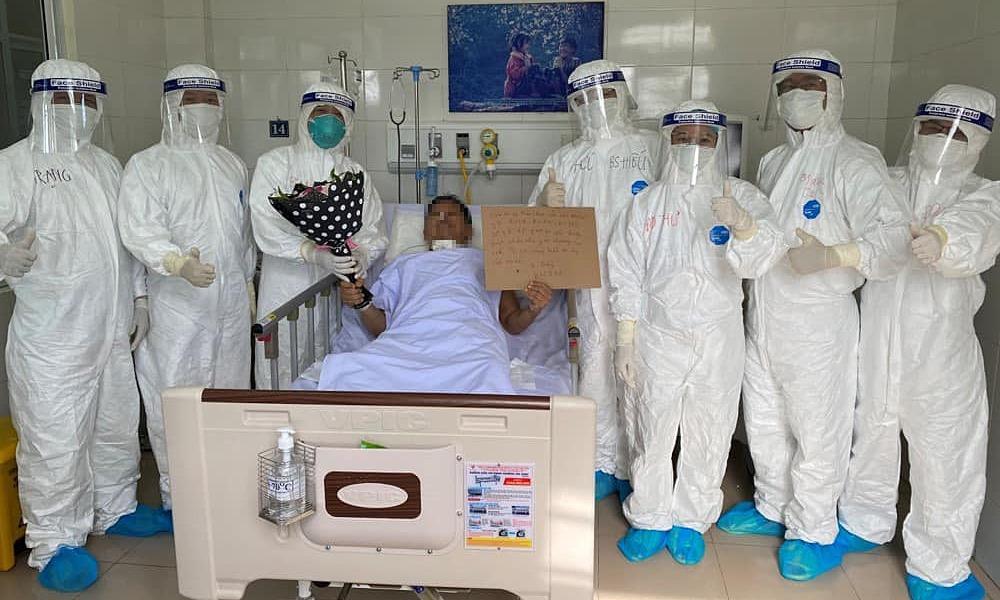 Các bác sĩ chúc mừng bệnh bệnh nhân 582 khỏi Covid-19. Ảnh: Bộ Y tế.