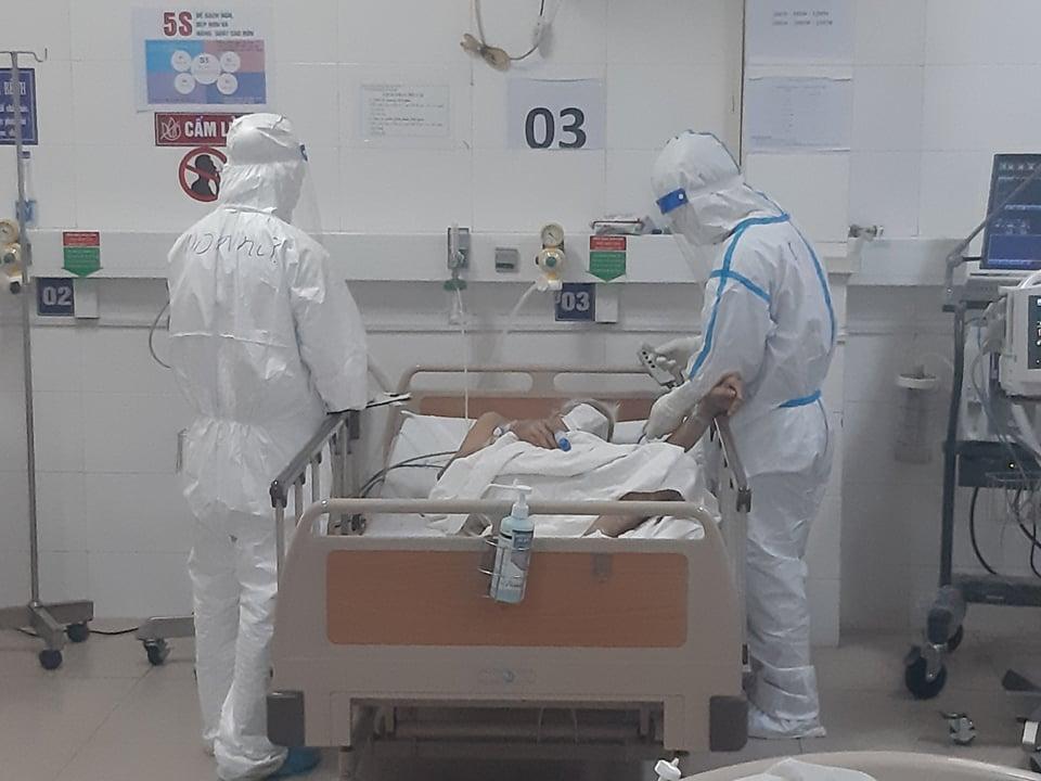 Đội ngũ Y bác sĩ đang dồn lực cứu chữa bệnh nhân nhiễm Covid-19, nhất là những ca có bệnh nền nặng như thận, suy tim, tăng huyết áp. Ảnh: Bác sĩ cung cấp