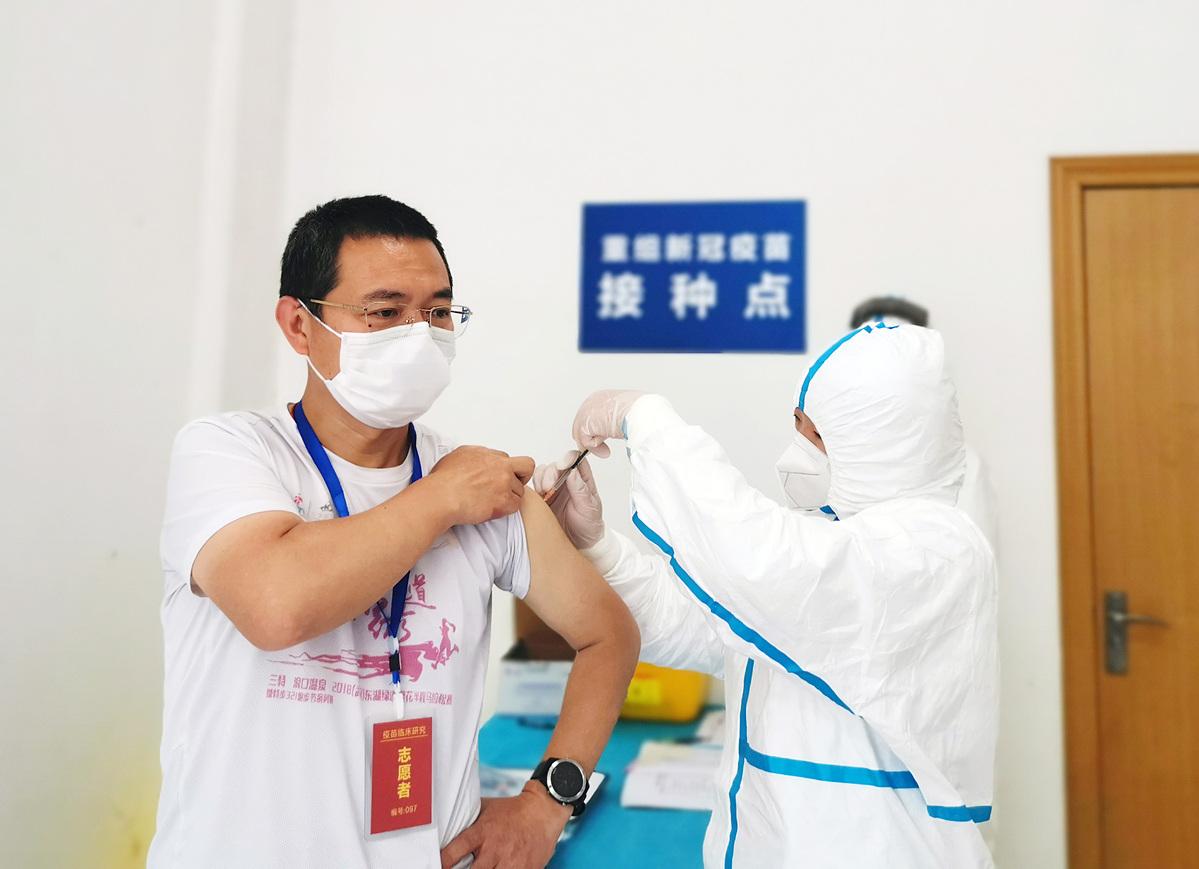 Tình nguyện viên tham gia thử nghiệm vaccine tại Vũ Hán, ngày 12/4. Ảnh: Xinhua