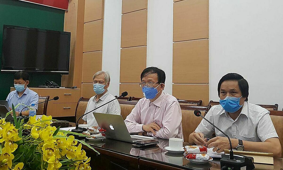 Các chuyên gia đầu cầu Bộ Y tế tham gia hội chẩn bệnh nhân nặng, chiều 18/8. Ảnh: V.T