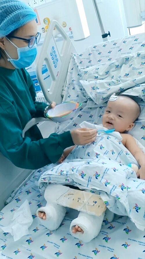 Điều dưỡng âu yếm bón từng thìa cháo thịt bằm cho công chúa Diệu Nhi. Ảnh Bệnh viện cung cấp.