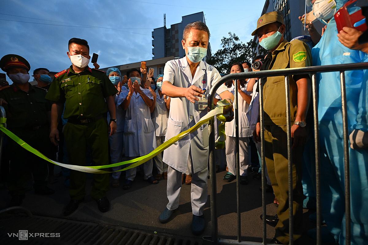 Bác sĩ Lê Ngọc Thành mở phong tỏa Bệnh viện E tối 20/8. Ảnh: Giang Huy.