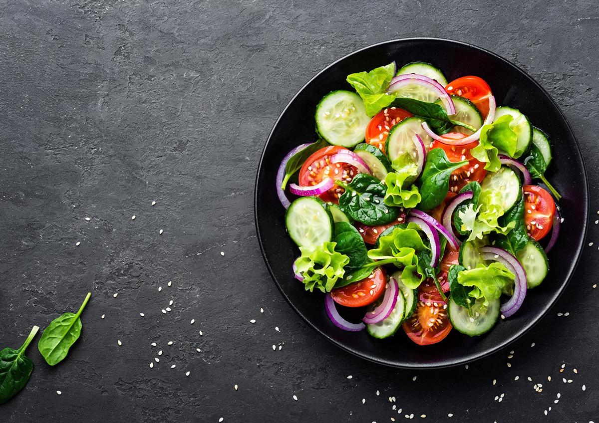 Rau xanh và trái cây là những thực phẩm được ưu tiên hàng đầu trong danh sách ăn uống của người mắc bệnh tim mạch. Ảnh: Shutterstock.