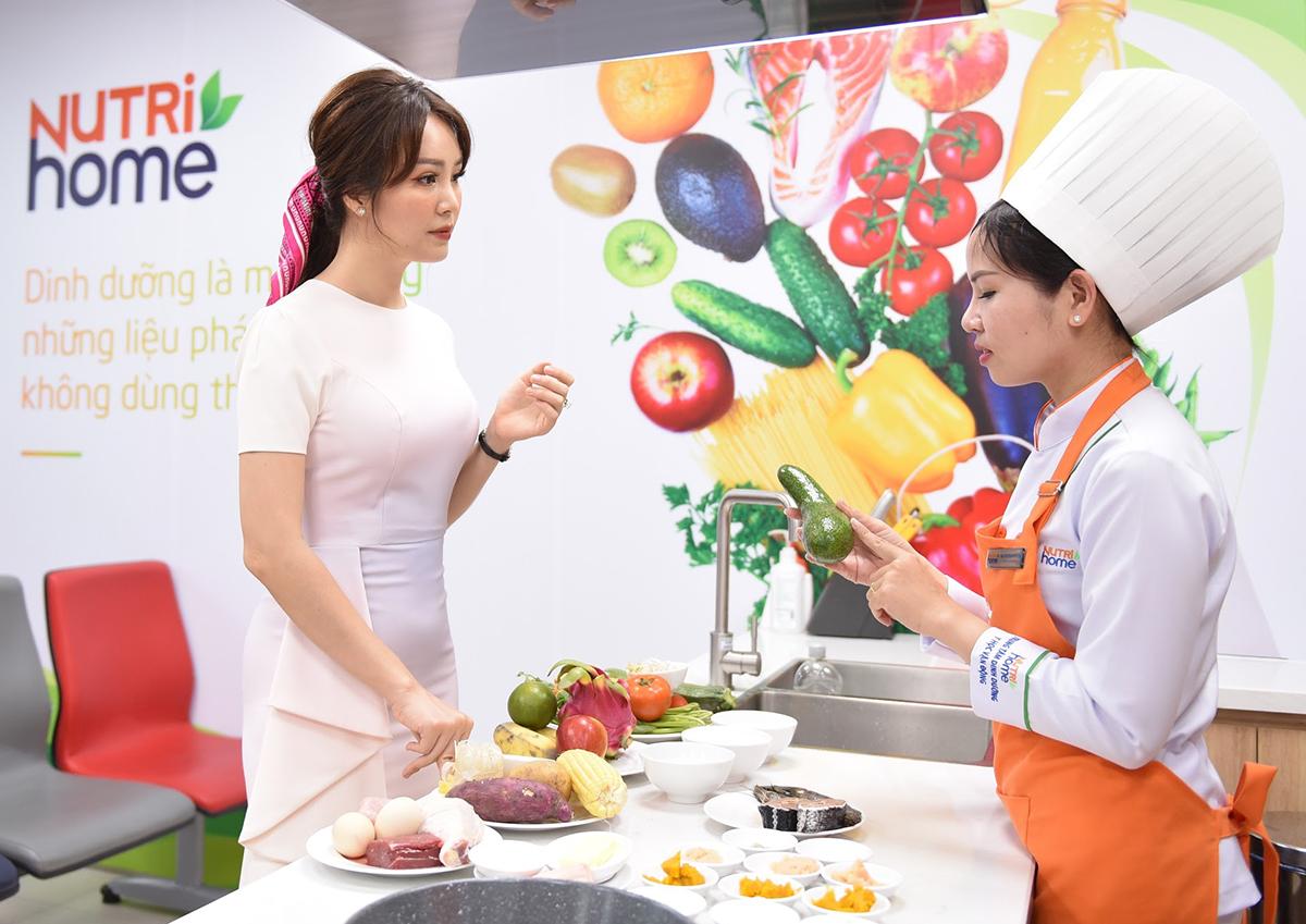 Á hậu Thụy Vân được tư vấn cách chọn lựa thực phẩm tốt cho tim mạch tại Trung tâm Dinh dưỡng - Y học Vận động Nutrihome. Ảnh: Nutrihome.