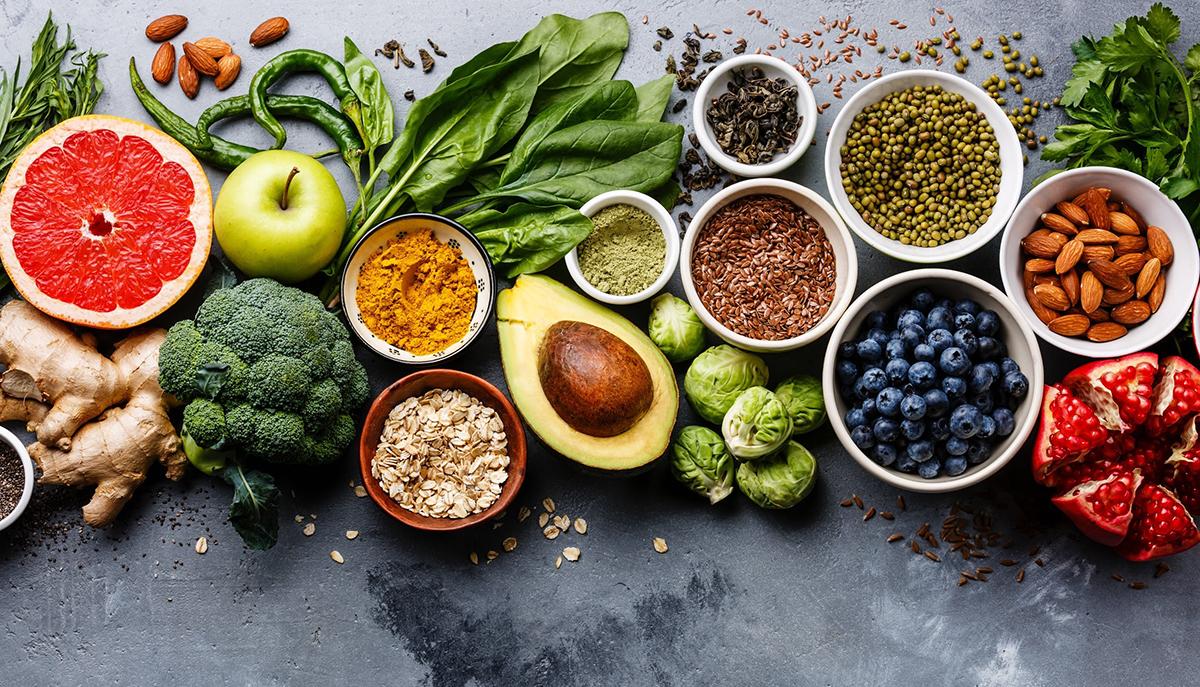 Rau xanh, quả chín ít ngọt là những thực phẩm tốt cho người bị hội chứng chuyển hóa. Ảnh: Shutterstock.