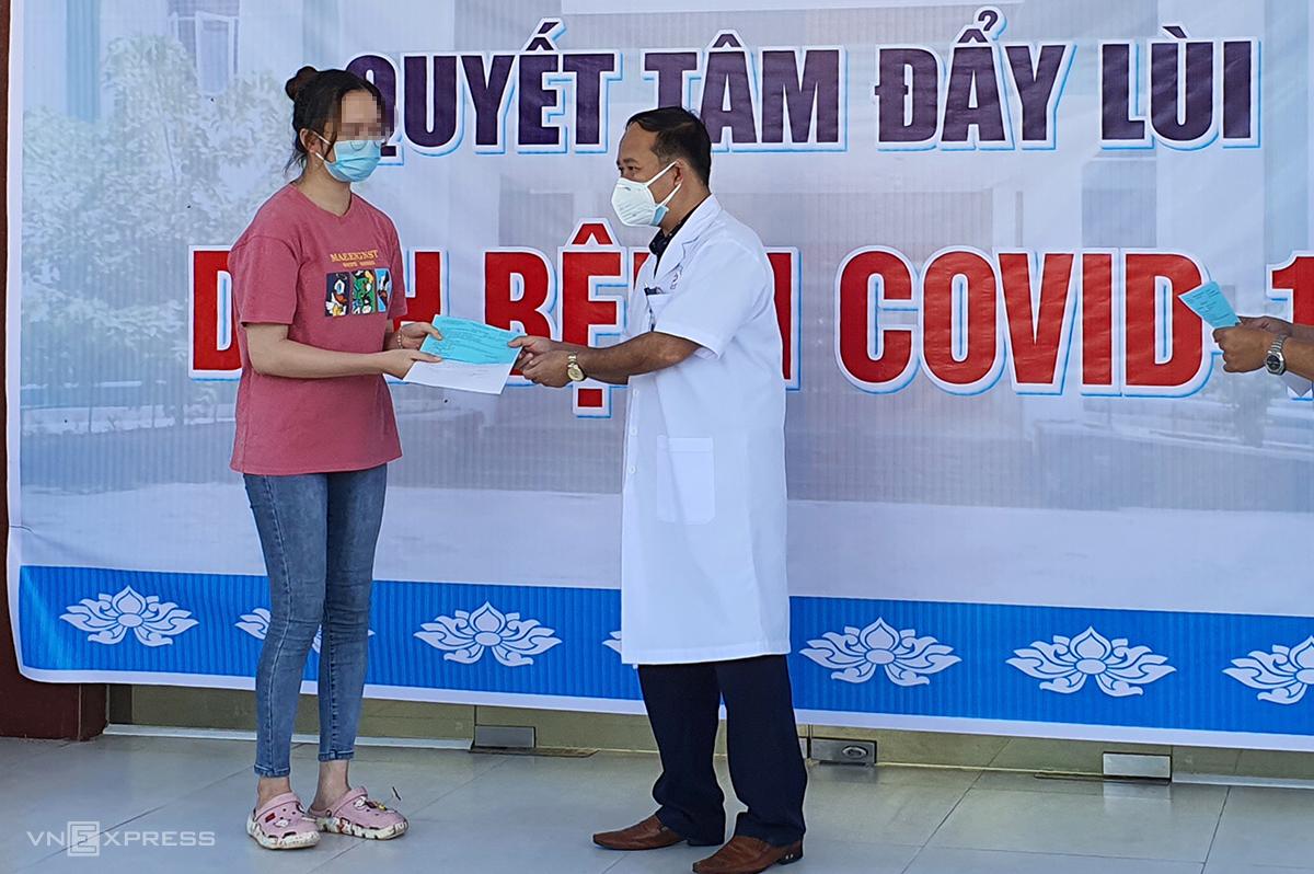 Bệnh nhân 564 nhận quyết định khỏi bệnh hôm 18/8. Ảnh: Đại Hiệu.