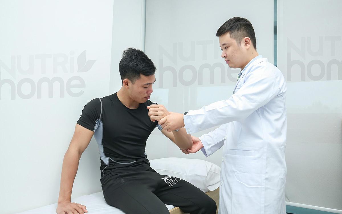 Bác sĩ Y học Thể thao - Vận động của Nutrihome khám, tư vấn và hướng dẫn tập luyện đúng cách cho người chơi thể thao. Ảnh: Nutrihome.