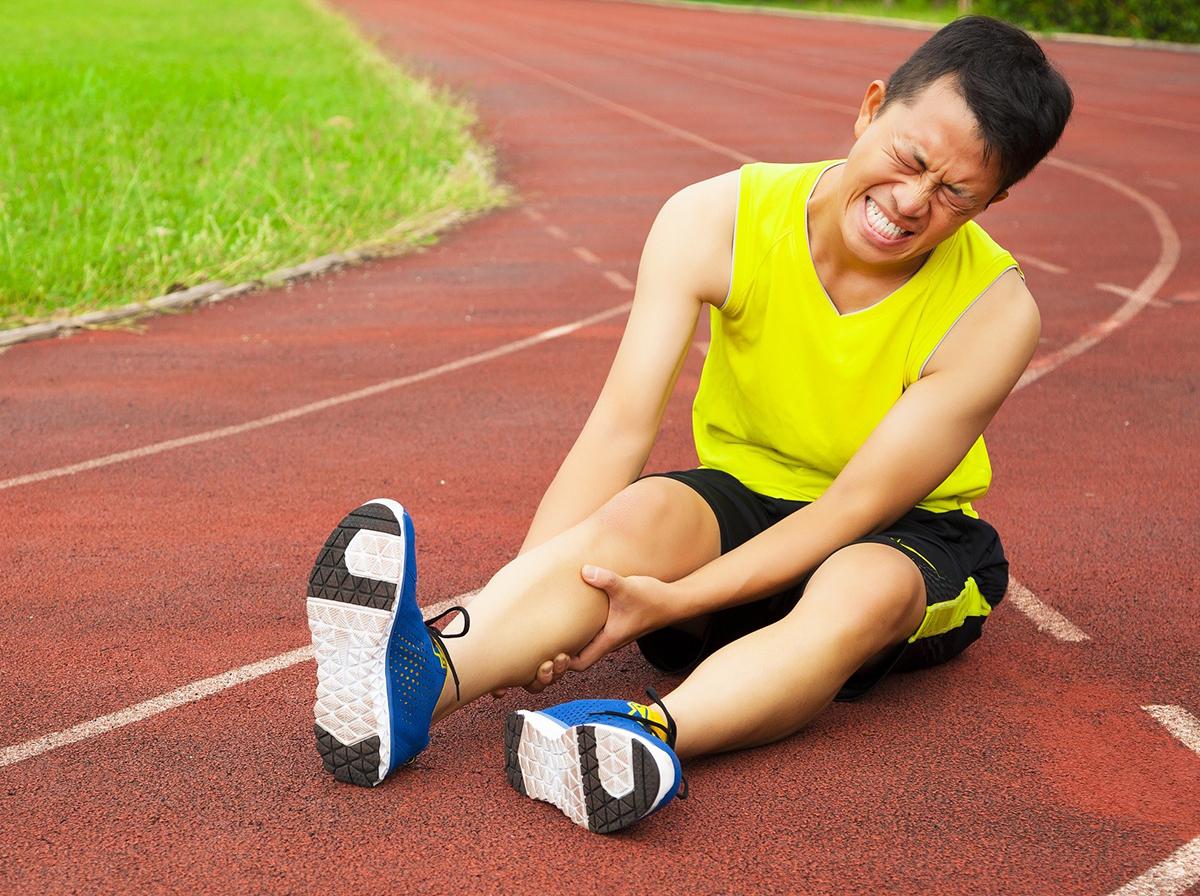 Bong gân, đau cẳng chân... là những chấn thương thường gặp ở các vận động viên thể thao. Ảnh: Shutterstock.