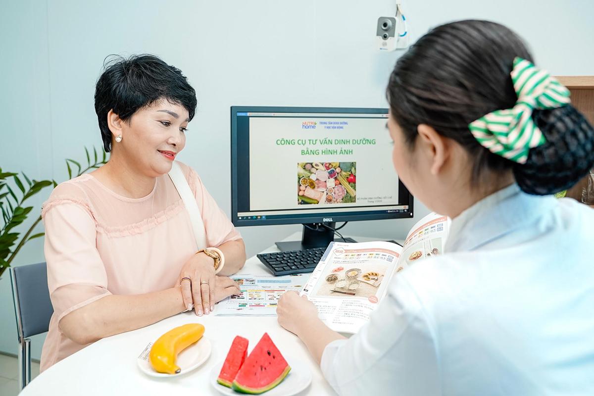 Chuyên gia dinh dưỡng của Nutrihome đang hướng dẫn chị em chế độ ăn uống khoa học giúp giảm cân an toàn và hiệu quả. Ảnh: Nutrihome.